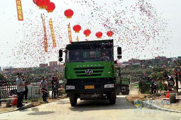 SAIC Hongyan Takes Delivery of Its First Construction Trucks to Xiamen City
