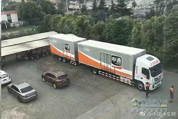 China's First Hongyan Jieshi C500 Centre-axle Cargo Vehicle Hits the Road