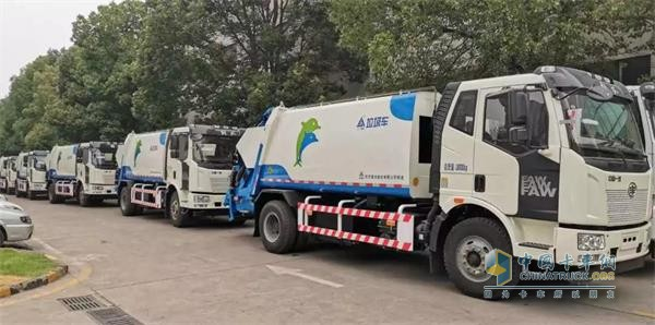 FAW Jiefang Delivers 50 Units Sanitation Trucks to its Customers